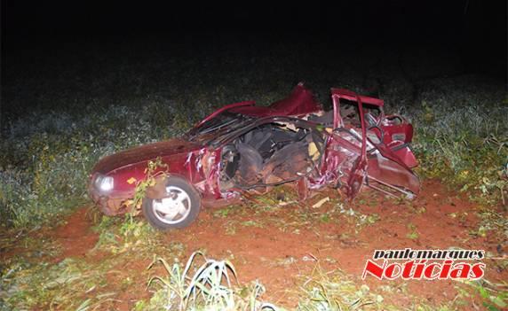 405e88b51908 Veículo fica destruído e motorista com ferimentos graves em saída de ...